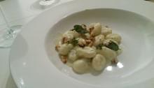 Gnocchi met blauwe kaassaus, walnoten en salie
